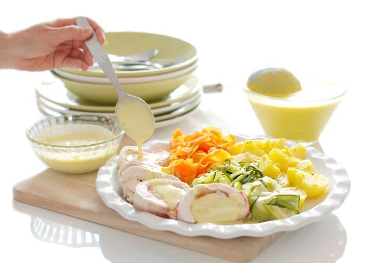 Crema de verduras, pollo y salsa suprema
