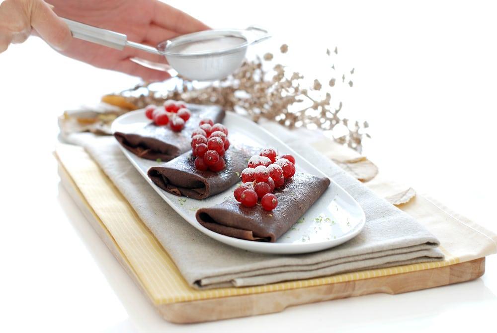 Crepês de chocolate rellenos de helado