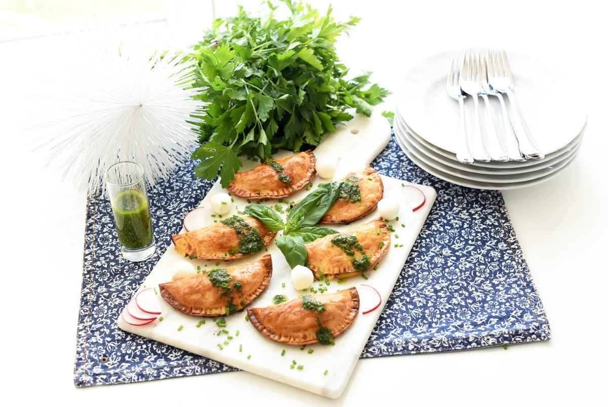 Empanadillas caprese con aceite de albahaca